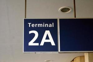 flygplats terminal skylt foto