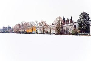 bosättning i vinterlandskap foto