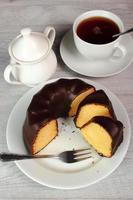 bundt kaka med choklad glasyr foto