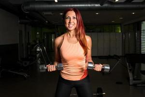 kvinna lyfta vikter foto