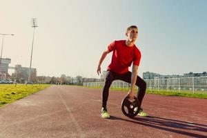 atletisk man lyfter vikter foto