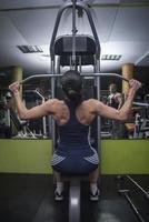 kvinnor som utövar viktlyft foto