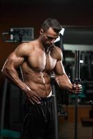 stiliga muskulösa män vilar efter övningar foto