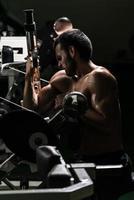 ung man tränar biceps