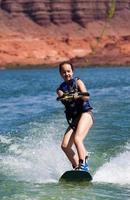 ung flicka som vaknar på sjön Powell foto