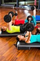 viktträning i gymmet med hantlar foto