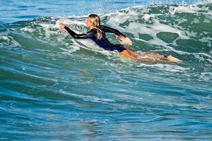 surfar en våg foto