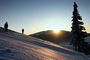 vinterlandskap vid solnedgången foto