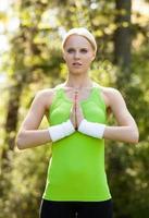 ung kvinna som utövar yoga foto