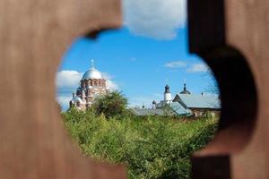 landskap med röd kyrka foto
