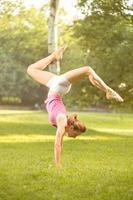 handstand övning på gräs foto