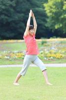 japansk kvinna gör yoga krigare jag poserar foto