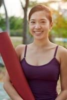 fitness livsstil kvinna med yoga matta foto