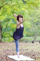 "japansk kvinna gör yoga ""dansens herre posera"" foto"
