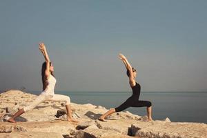 vackra unga kvinnor som utövar yoga foto