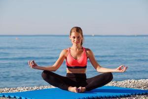 yoga vid havet foto