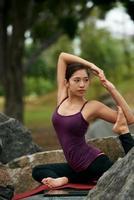 hälsosam yoga fitness kvinna foto