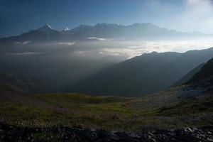 morgon bergslandskap med moln foto
