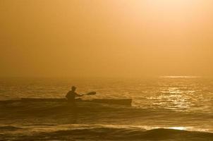 kajakpaddling vid soluppgången foto