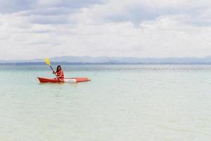 vacker flicka med kajak paddlaresor och semester foto