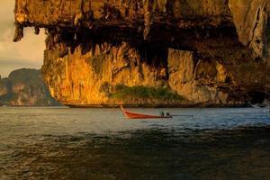 båt över grottan foto