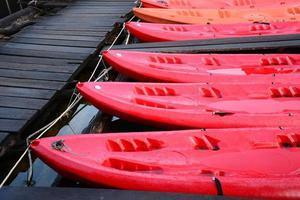röd kajak, cheow lan sjön, khao sok nationalpark, Thailand foto