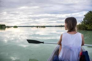 ung flicka som paddlar på bacalar, nära cancun, reser mexico. b foto