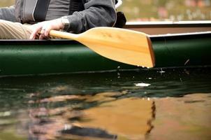 närbild av en man i en kanot foto