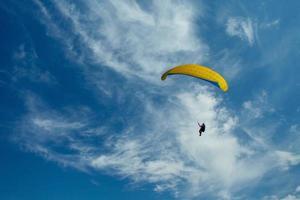 paragliders på himlen foto