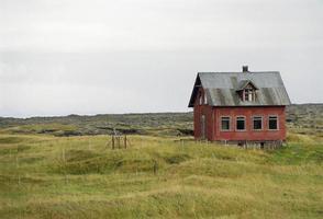 gammalt hus i robust landskap foto