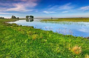 färgglada vårlandskap på sjön foto