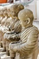rad med stuckaturmunkar i templet. foto
