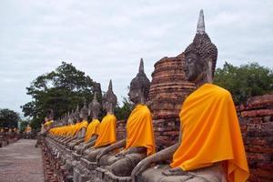 rad med forntida buddha statyer i ayutthaya, Thailand foto