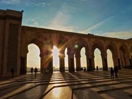 solnedgång vid moskén hassan ii casablanca marocko foto