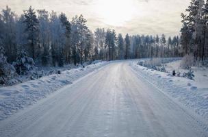väg på vintern foto
