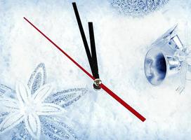 klocka med grangrenar och juldekorationer under snöklos foto