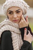 ung kvinna på vintern