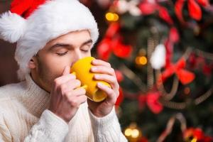 varm dryck på vinternatten. foto