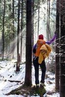 kvinna vandring i vinter skog foto