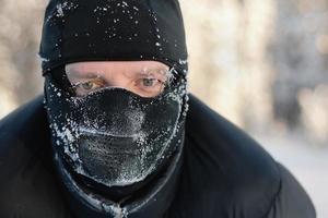 man med mask på vintern foto