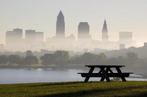 picknick bänk silohuette cleveland i bakgrunden foto