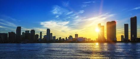 Miami city skyline panorama i skymningen foto