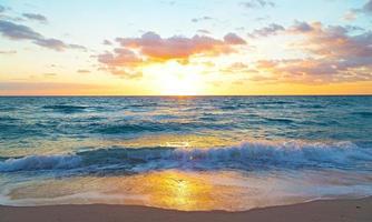 soluppgång över havet i Miami Beach, Florida. foto