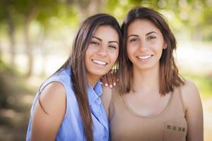 två blandade ras tvilling systrar porträtt foto
