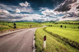 väg på landsbygden foto