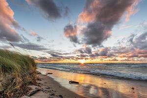 Lake Huron Beach vid solnedgången foto