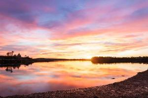 soluppgång över sjön foto