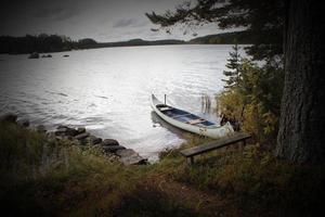 sjö med kanot foto