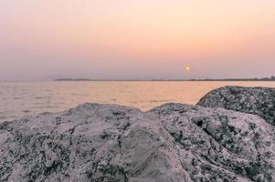gryning vid sjön foto