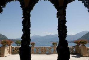 vacker balconey utsikt över sjön como foto